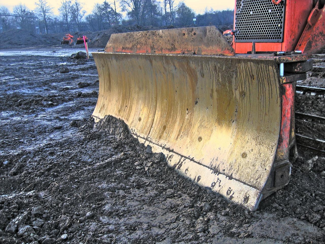 Engin terrassement terrain après démolition