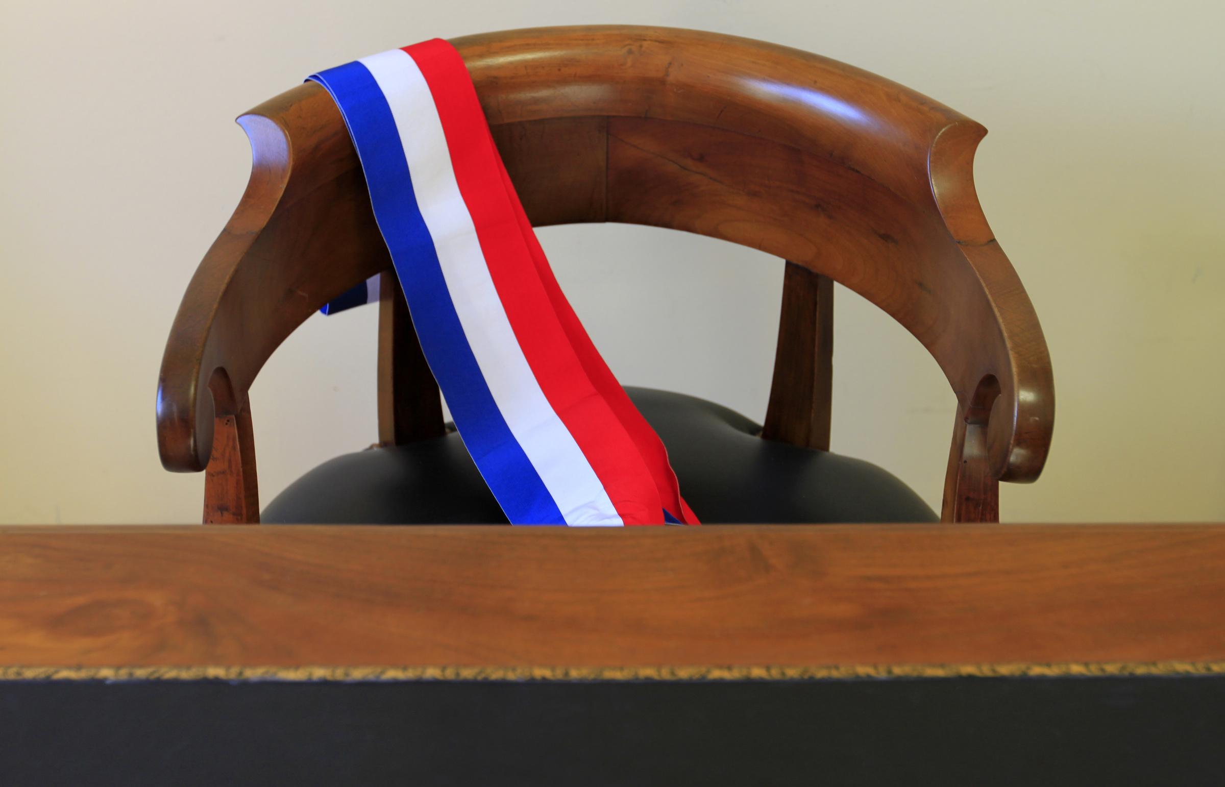 Echarpe maire sur une chaise