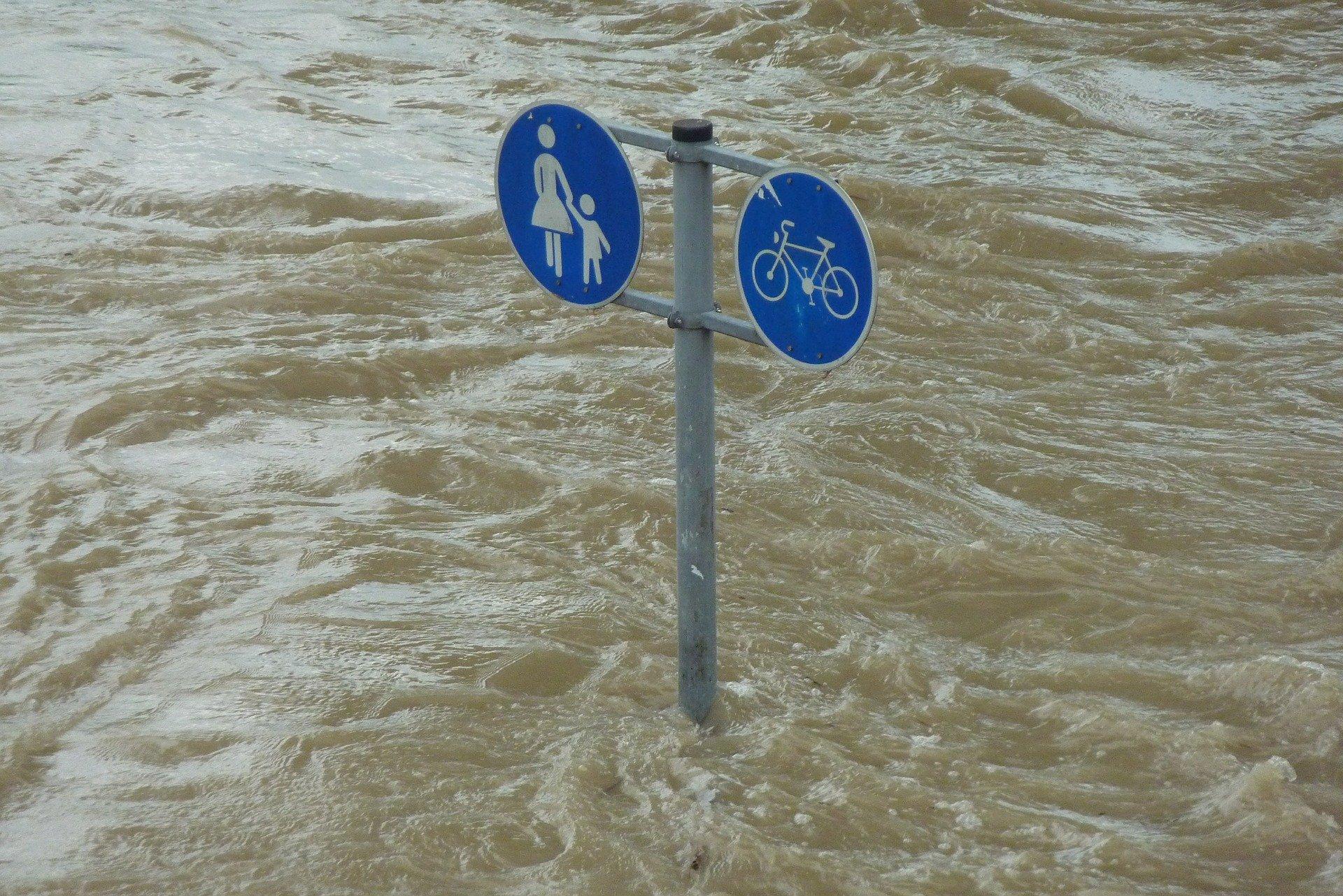 Panneaux signalisation dans rue inondée