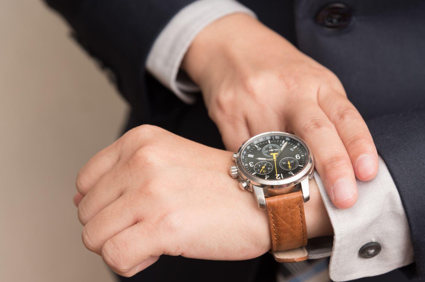 Homme regardant sa montre