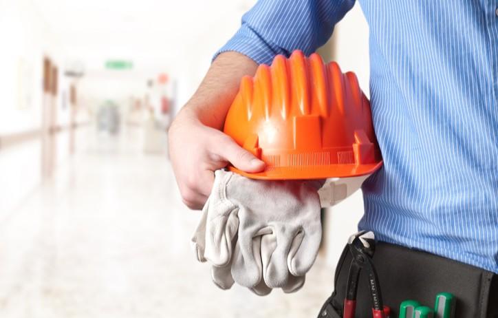 Ouvrier avec casque de chantier sous le bras