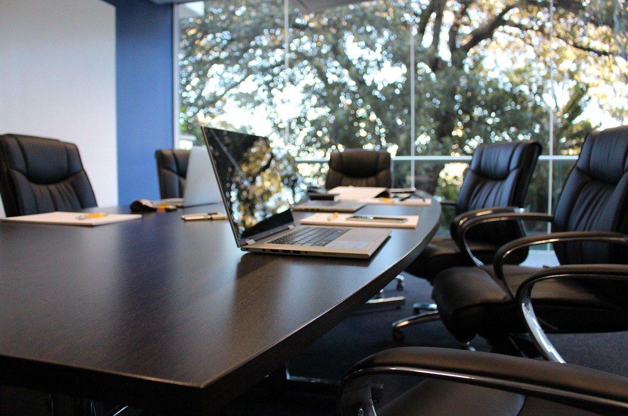 salle de réunion avec un ordinateur posé sur la table