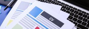CV papier posé sur clavier d'ordinateur