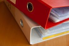 Dossiers posés sur bureau